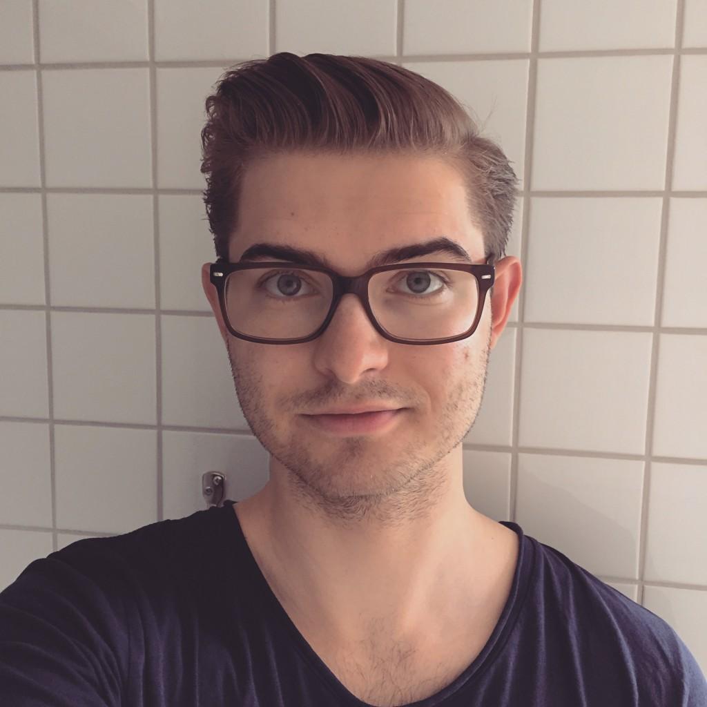 Orakad student med glasögon lever studentlivet